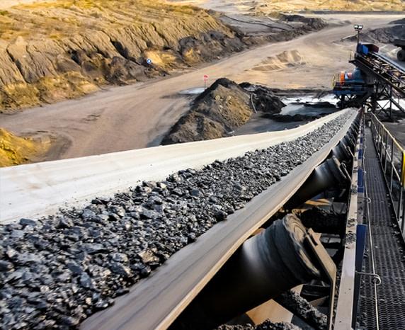 Černé uhlí na dopravním pásu